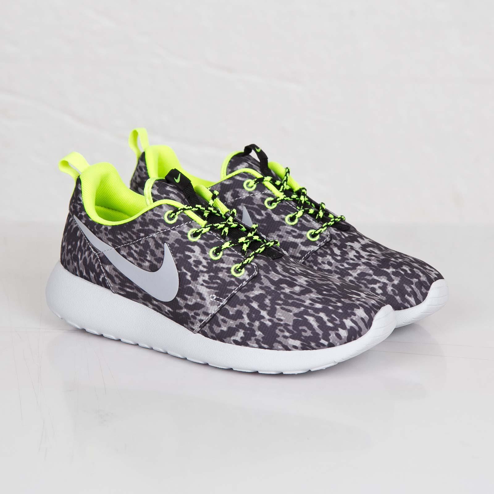 144681cf31d1 Nike Wmns Roshe Run Print - 599432-070 - Sneakersnstuff