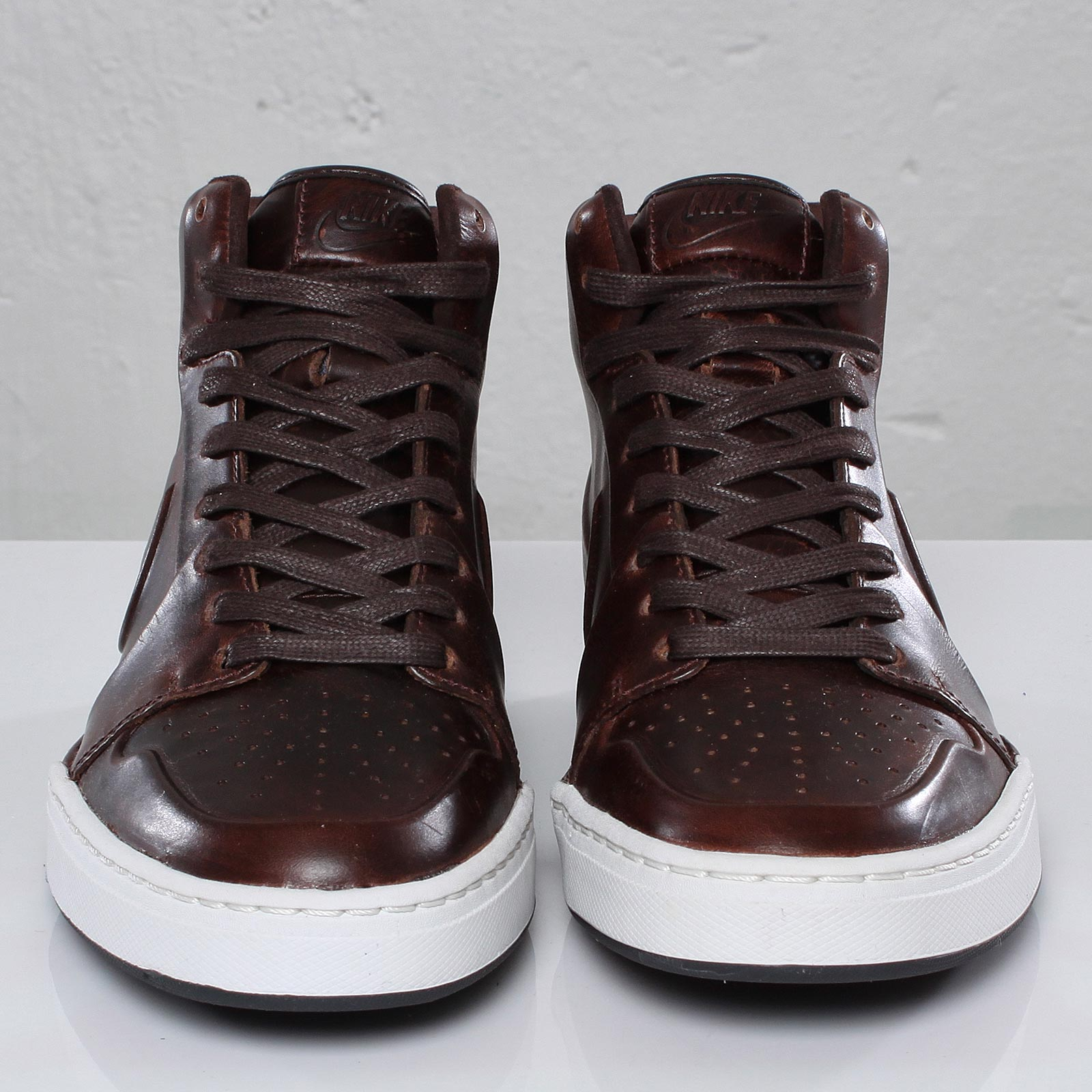 comerciante Chimenea Fanático  Nike Air Royal Mid VT - 100333 - Sneakersnstuff | sneakers & streetwear  online since 1999