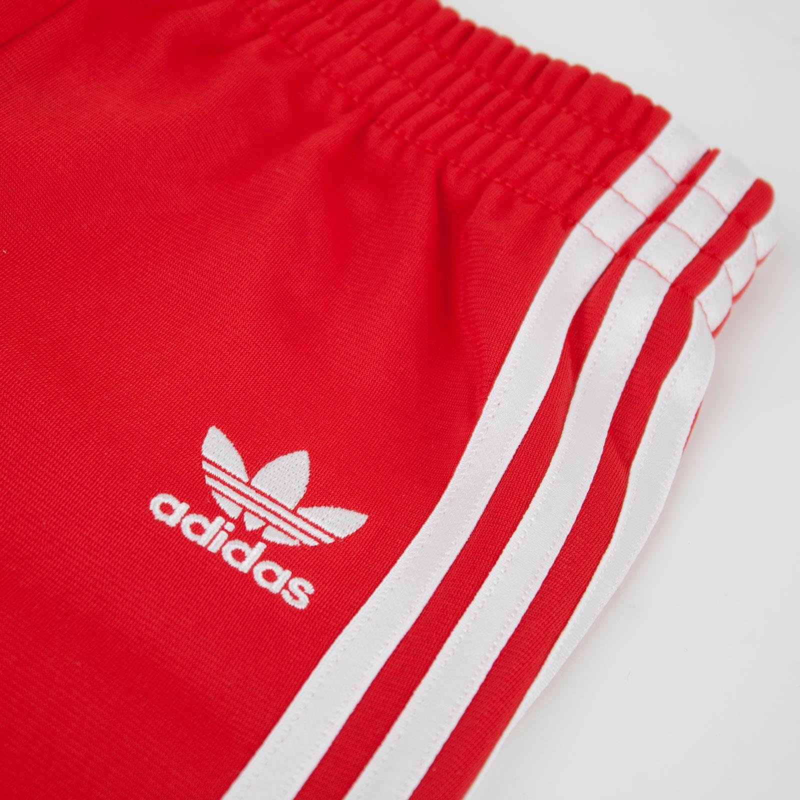röda adidas byxor